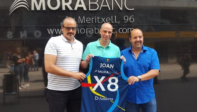 Francesc Solana, Joan Peñarroya i Gorka Aixàs, davant la seu de MoraBanc.