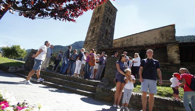 Turistes en una visita a Sant Joan de Caselles.