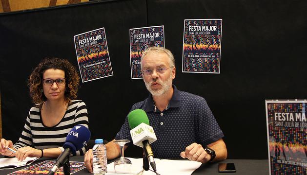 El conseller de Cultura, Josep Roig, i la cap de Cultura, Laura Rogé, durant la presentació de la festa major.