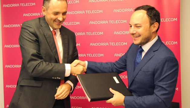 El ministre d'Afers Socials, Justícia i Interior, Xavier Espot, i el director general d'Andorra Telecom, Jordi Nadal, durant la firma del conveni.