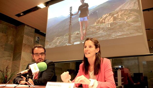 El conseller de Turisme i Esports, Jordi Serracanta; i la consellera d'Educació, Cultura, Joventut i Benestar Social, Vanessa Fenés, presenten el projecte 'Estripagecs al vent'
