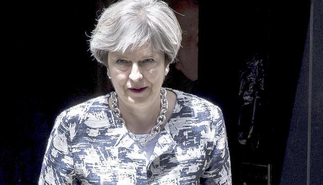 La primera ministra britànica, Theresa May, sortint de la residència de Downing Street, ahir.