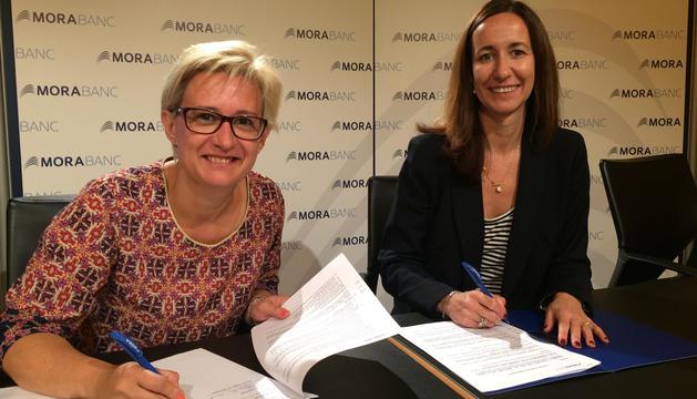La presidenta de l'associació, Montserrat Nazzaro, i la directora general adjunta de MoraBanc, Gisela Villagordo, han signat el conveni d'adhesió.