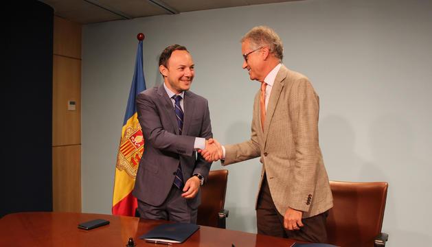 Un moment de la signatura del conveni entre el ministre d'Afers Socials, Justícia i Interior, Xavier Espot, i el director general del SAAS, Josep Maria Piqué, per al traspàs del servei d'atenció a domicili.
