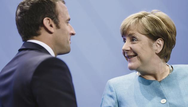 Angela Merkel conversant amb Emmanuel Macron, ahir a Berlín.