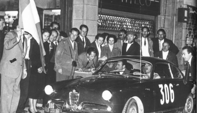 Un Alfa Romeo a la sortida del Ral·li de Catalunya l'any 1960
