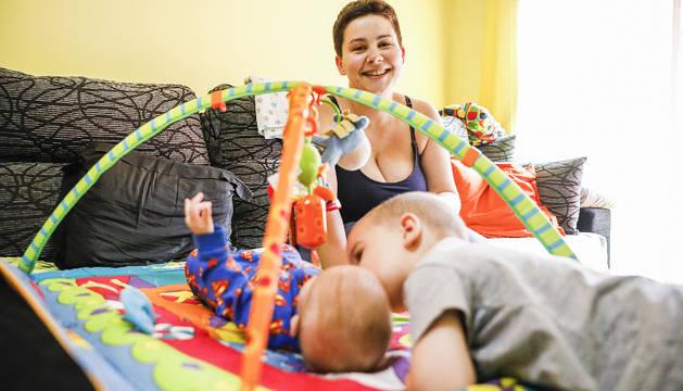 La Verònica és mare de dos fills, el Javier, de tres anys, i la Carlota, de tres mesos.