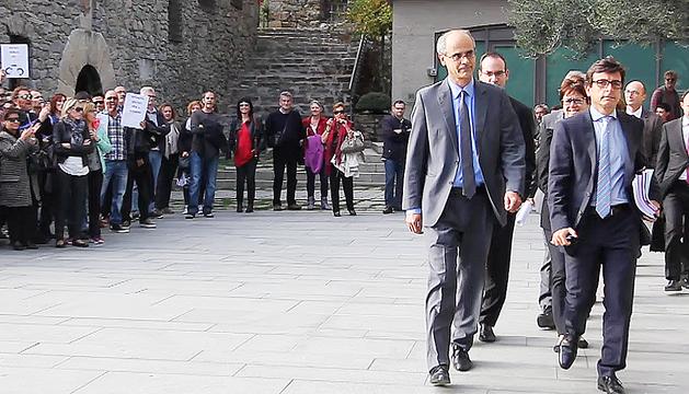 Els membres del Govern, encapçalats per Toni Martí, entrant al Consell General increpats per un centenar de funcionaris el dia que es va aprovar la Llei de pensions dels funcionaris.