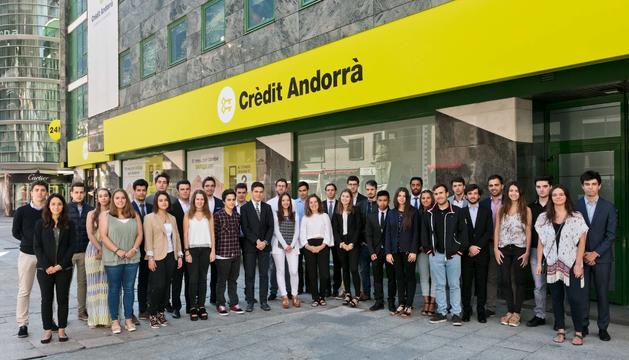 Els joves que faran pràctiques al Crèdit Andorrà.