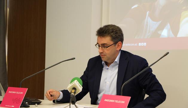 El director d'Internacional i Roaming d'Andorra Telecom, Carles Casadevall, durant la presentació de les novetats en telefonia mòbil.