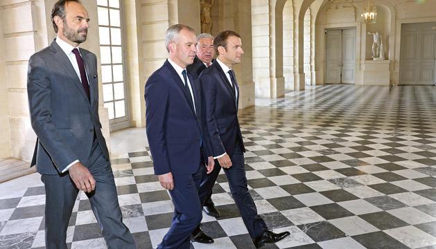 Macron, ahir al Palau de Versalles amb Edouard Philippe i els presidents de l'Assemblea i el Senat.
