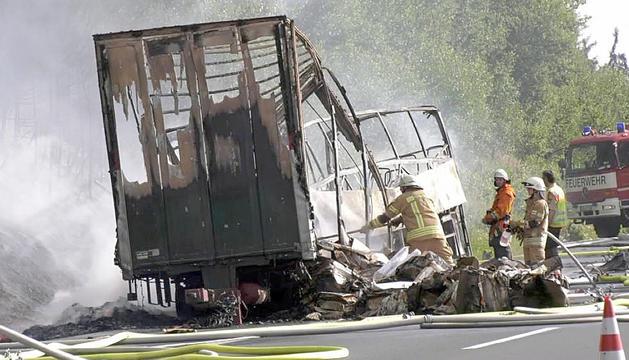 L'autocar va xocar contra un camió i es va incendiar.