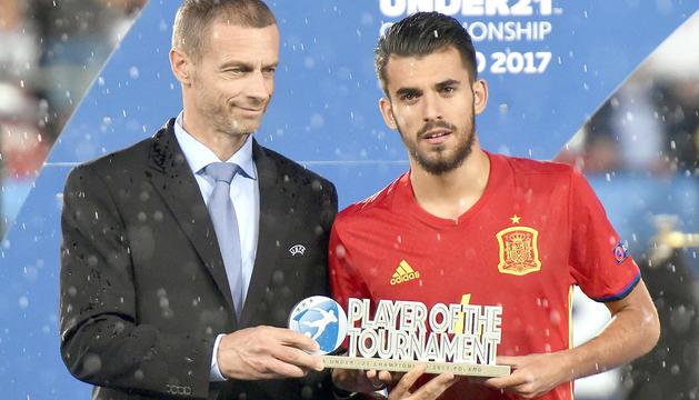 Dani Ceballos amb el premi a millor jugador de l'Europeu sub-21.