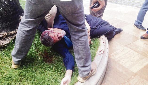 El diputat Américo de Grazia, estès a terra i cobert de sang, ahir.