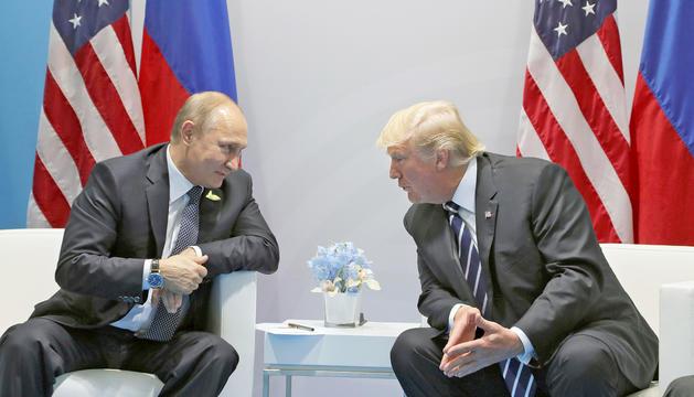 Vladímir Putin i Donald Trump, durant la reunió bilateral que van mantenir ahir a Hamburg.