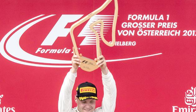 El pilot de l'escuderia Mercedes Valtteri Bottas aixecant el trofeu del Gran Premi d'Àustria.