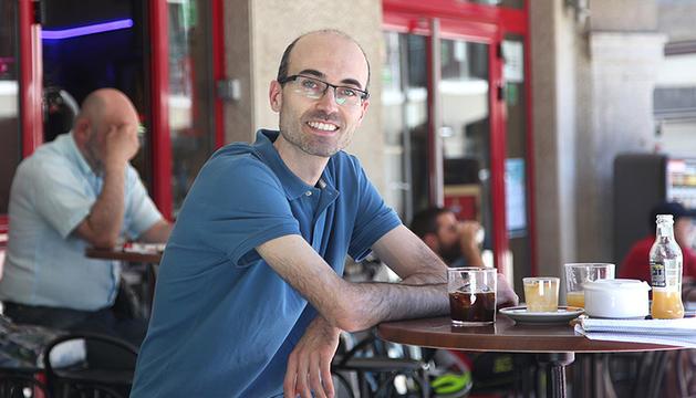 L'Alexandre acompanya la conversa amb un cafè amb gel.