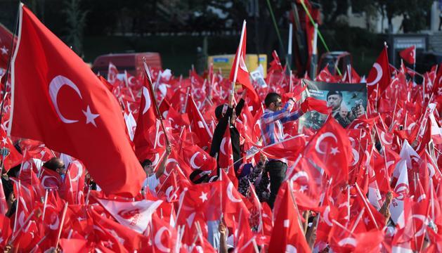 Una multitud recorda el cop d'estat frustrat a Turquia fa un any.
