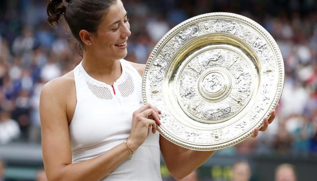 Garbiñe Muguruza, somrient amb el trofeu.