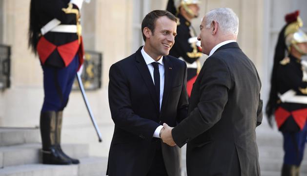 Macron i Netanyahu saludant-se a les portes del Palau de l'Elisi, a París.