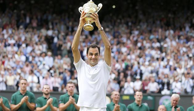 El tennista suís Roger Federer amb el trofeu de Wimbledon.