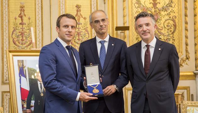 El cap de Govern, Toni Martí, el síndic general, Vicenç Mateu, i el copríncep francès Emmanuel Macron