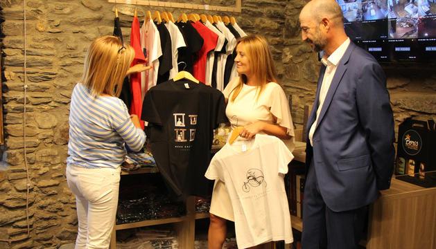 La directora de Cultura, Montserrat Planellas, la ministra Olga Gelabert i el conseller de Cultura d'Ordino, Xavier Herver, han presentat aquest dijous la nova botiga.