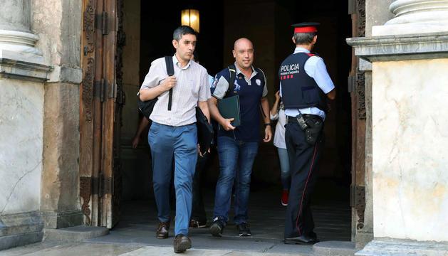 Els agents, de paisà, sortint del Palau de la Generalitat, ahir.