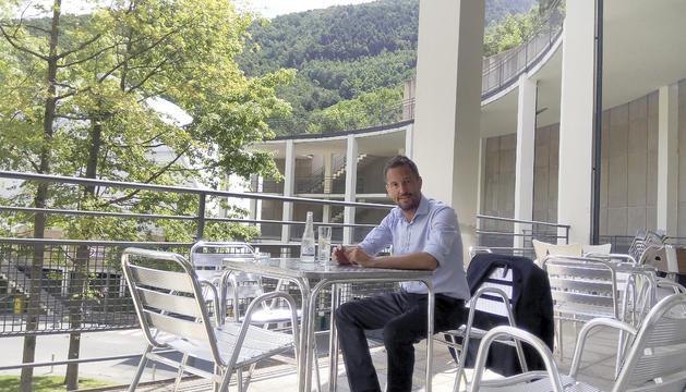 Pere López acompanya la conversa amb aigua de Vichy.