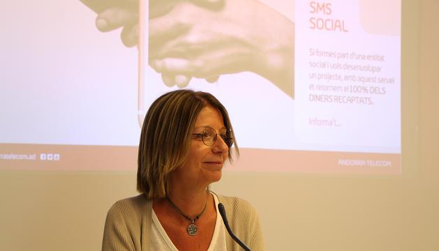 La responsable d'RSC d'Andorra Telecom, Inés Martí, durant la presentació d'SMS Social.