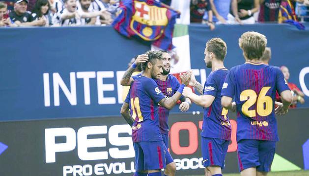 Neymar celebra un gol amb els seus companys.