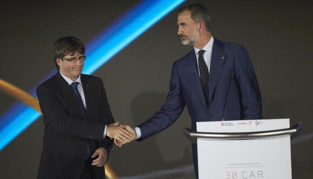 Puigdemont i Felip VI se saluden, ahir durant l'acte de commemoració dels 25 anys de Barcelona-92.