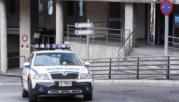 Una patrulla en un cotxe policíac.