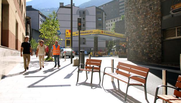 La cònsol major, Trini Marín, i l'arquitecte de l'obra, Marc Monegal, a l'avinguda del Fener.