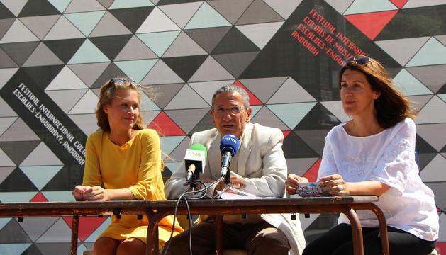 La cantant Ju, el conseller de Cultura escaldenc, Salomó Benchluch, i la directora de Cultura, Anna Garcia, durant la presentació del cicle.