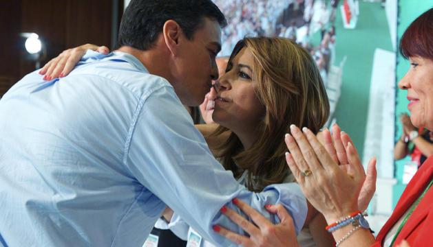 Susana Díaz felicitada pel secretari general del PSOE, Pedro Sánchez.