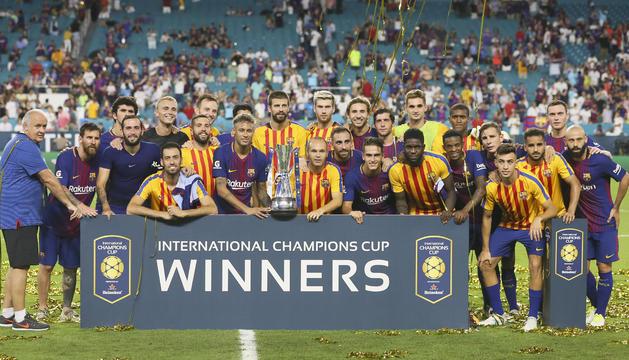 Els jugadors del Barça, amb el trofeu de campió del torneig.