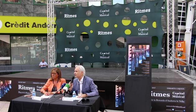 La consellera de Promoció Turística i Comercial, Mònica Codina, i l'assessor cultural, Josep Escribano, durant la roda de premsa de presentació.