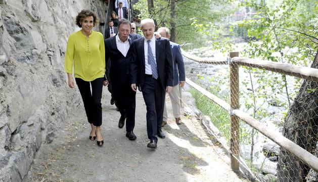 La ministra espanyola de Sanitat, Serveis Socials i Igualtat, Dolors Montserrat, ha passejat pel Camí Saludable dels Drets Humans.