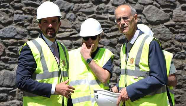 El ministre d'Ordenament Territorial, Jordi Torres, i el cap de Govern, Toni Martí, durant la visita a les obres de Llorts.