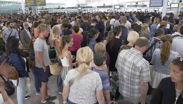Les cues als controls de seguretat del Prat han estat habituals els darrers dies.