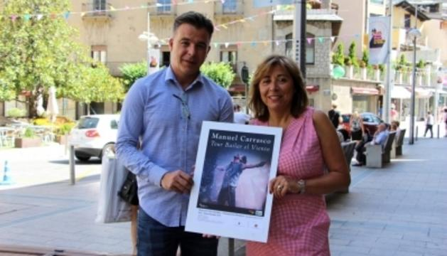 El cònsol menor Marc Pons i la cònsol major Conxita Marsol, amb el cartell del concert
