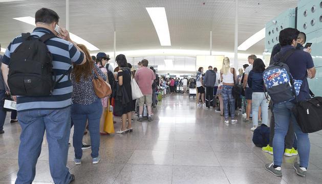 Cues als controls de seguretat de l'aeroport de Barcelona-el Prat.