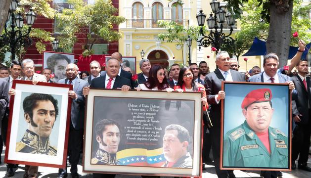 Membres de l'Assemblea Nacional Constituent amb retrats d'Hugo Chávez i Simón Bolívar, ahir.
