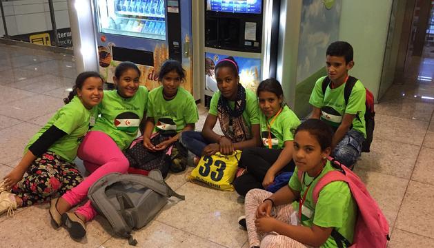 Els nens Sahrauís acabats d'arribar a l'aeroport.