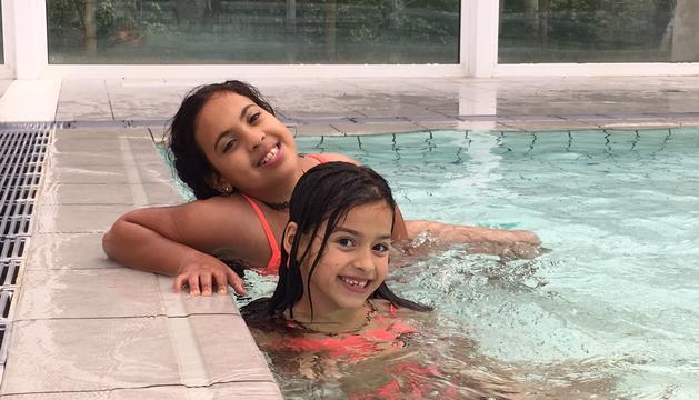 La Tutú a la piscina amb la filla de la Caterina.