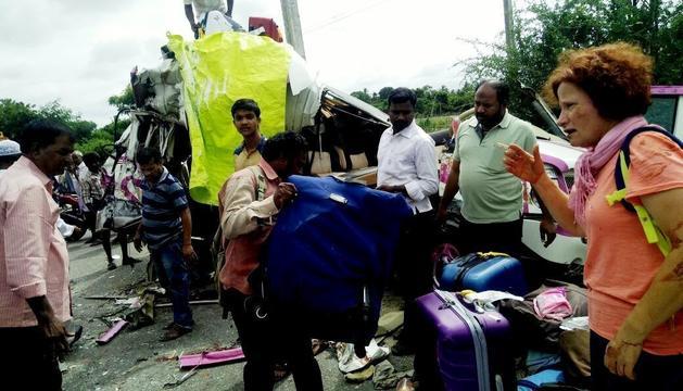 Vista de l'accident entre un microbús i un cotxe a l'Índia.