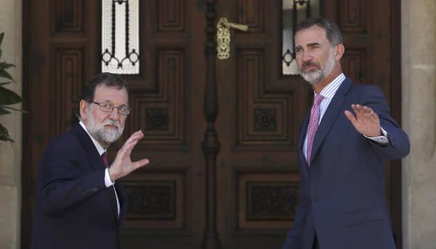 Mariano Rajoy amb el rei Felip VI entrant al palau de Miravant per a la trobada estival.