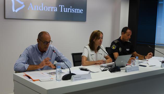 El cap de l'àrea de Mobilitat, Jaume Bonell, la directora de Màrqueting i Comunicació d'Andorra Turisme, Noemí Pedra, i el director adjunt de la Policia, Bruno Lasne, durant la presentació de les mesures preventives de la Vuelta a España 2017