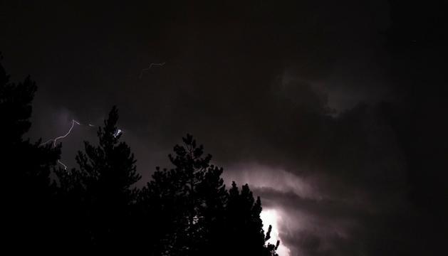 Tempesta elèctrica. Observar una tempesta elèctrica a la muntanya és una experiència inoblidable. Des de la collada de Beixalís observarem el Casamanya, el pic de Carroi, el Comapedrosa... L'observació des del cotxe està totalment exempta de cap perill, sempre que no s'abandoni el vehicle. Fosc i amb llamps i trons... sense paraules.